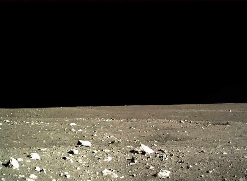 Première image, prise le 15 décembre, du paysage lunaire qui s'étend devant l'atterrisseur. © Chinese Academy of Sciences