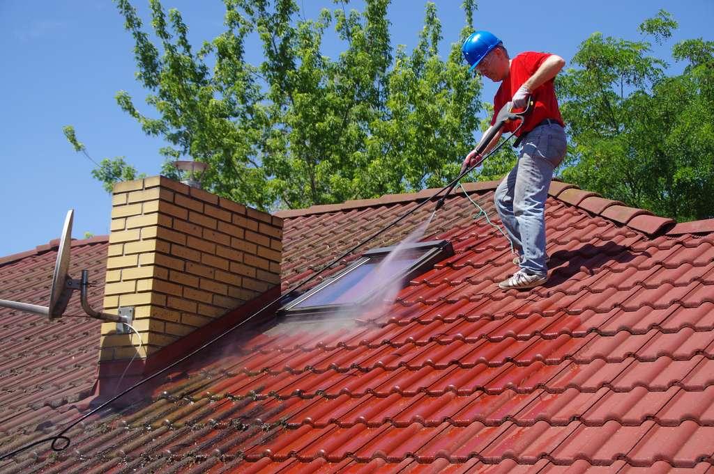 Nettoyage d'une toiture © Skórzewiak, Adobe Stock