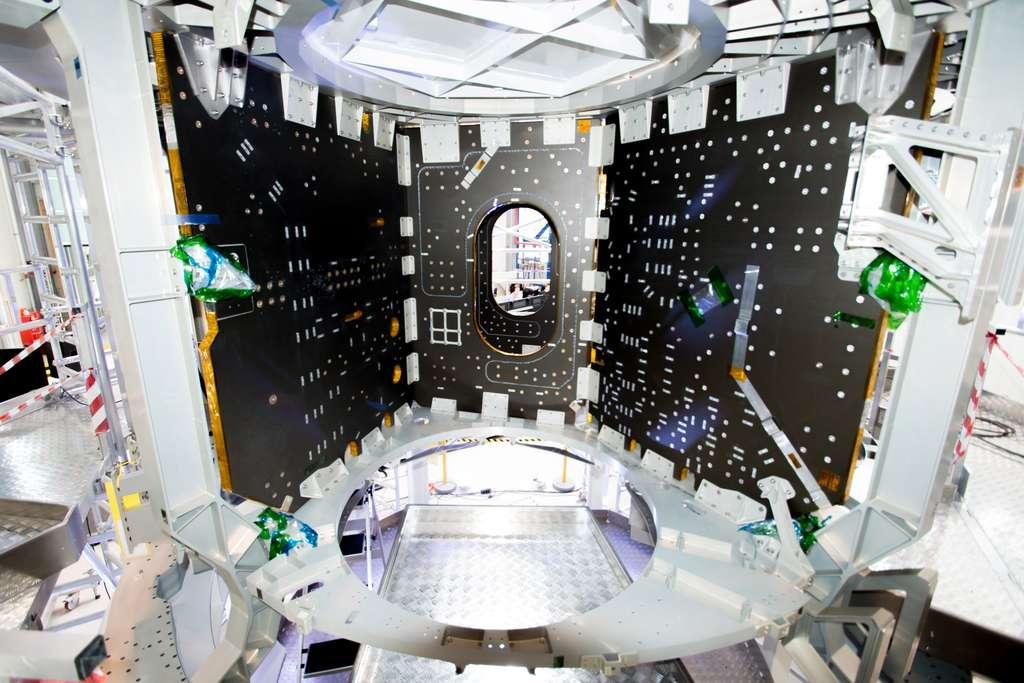 Au cœur du module de service d'Orion avec la structure et les panneaux qui compartimentent le module. Au premier plan, l'emplacement de l'un des réservoirs. © Rémy Decourt