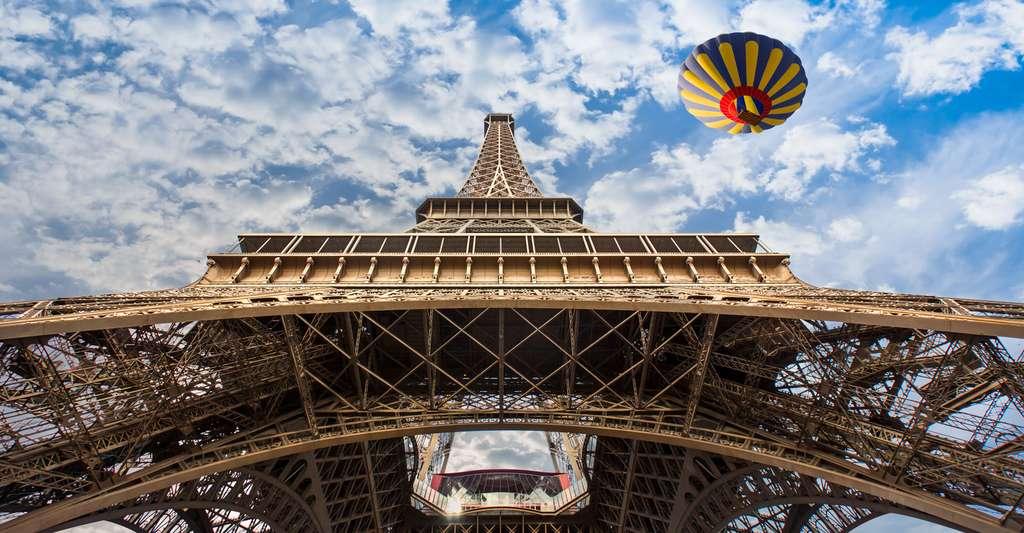 La tour Eiffel a été construite uniquement avec du fer. © Muratart, Shutterstock