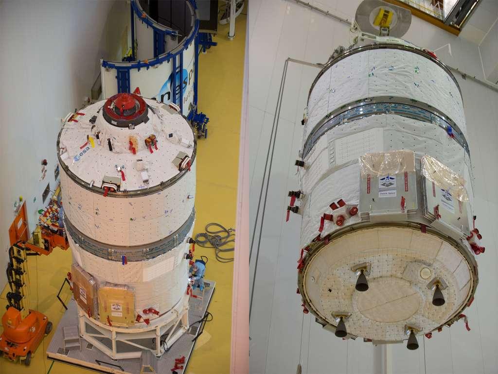 L'ATV-5 Georges-Lemaître vu de dessus, avec son mécanisme d'amarrage à l'ISS (photo de gauche) et de dessous, avec une partie des moteurs qui l'équipent (photo de droite). © Esa, S. Corvaja