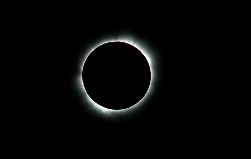 La couronne solaire et la chromosphère deviennent brièvement visibles. © Désiré Minkoh