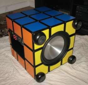 Enceinte de Zachary Paisley sous forme de Rubik's Cube. © DR