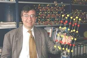 Le docteur Mercouri G. Kanatzidis dans son laboratoire, un modèle moléculaire à la main. © MGK