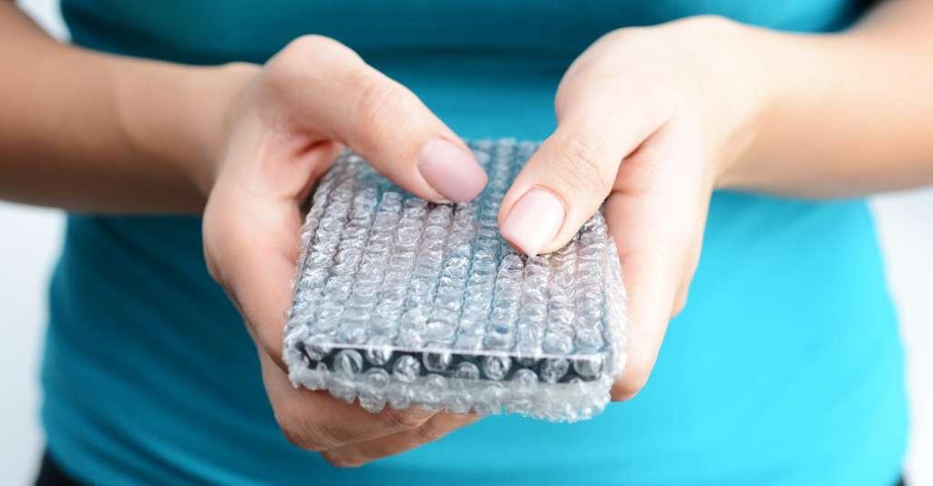 Contrairement aux élastiques, le nouveau matériau conçu par les chercheurs américains retrouve sa forme initiale très lentement. De quoi en faire de parfaites protections pour smartphones. © adrian_ilie825, Fotolia