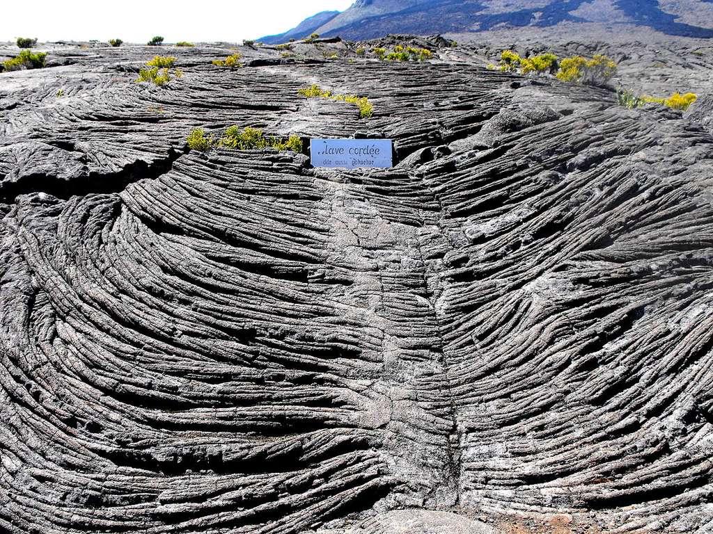 Champs de lave cordée au Piton de la Fournaise, sur l'île de la Réunion. © Geolina, CC by-nc 4.0