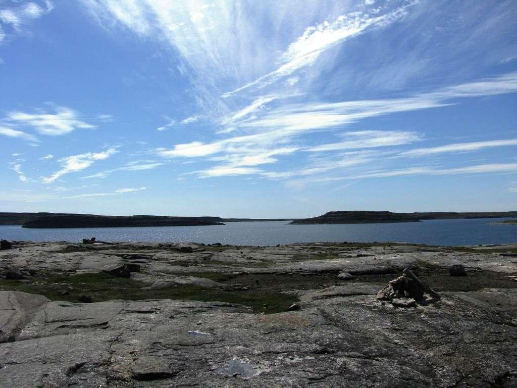 La découverte en 2008 de roches vieilles de 4,28 milliards d'années a repoussé de 300 millions d'années l'âge des plus anciens vestiges de la croûte terrestre. On les a trouvées dans le nord du Québec, le long de la côte de la baie d'Hudson, à 40 km au sud d'Inukjuak, dans une région baptisée Ceinture de roches vertes de Nuvvuagittuq. La découverte a été faite par Jonathan O'Neil et Don Francis de l'université McGill en compagnie de leurs collègues Richard W. Carlson (Carnegie Institution for Science de Washington, D.C.) et Ross K. Stevenson, professeur à l'université du Québec à Montréal (UQAM). © Université McGill