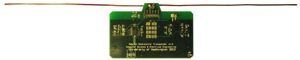 Les prototypes conçus par les chercheurs de l'université de Washington. De la taille d'une carte de crédit, ils intègrent un microcontrôleur, une Led, l'antenne de réception pour le signal TV et un émetteur UHF large bande. Chaque appareil puisse son électricté dans le signal radio venu des émetteurs de télévision et peut échanger des informations (à très faible débit) avec ses homologues jusqu'à 10 kilomètres de distance.
