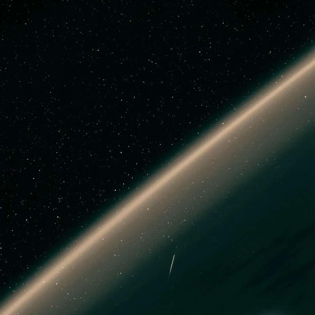 Une autre météorite perçant la haute atmosphère terrestre. Probablement aussi une Perséide. Image prise le 7 août au-dessus du Pacifique nord. © CNSA