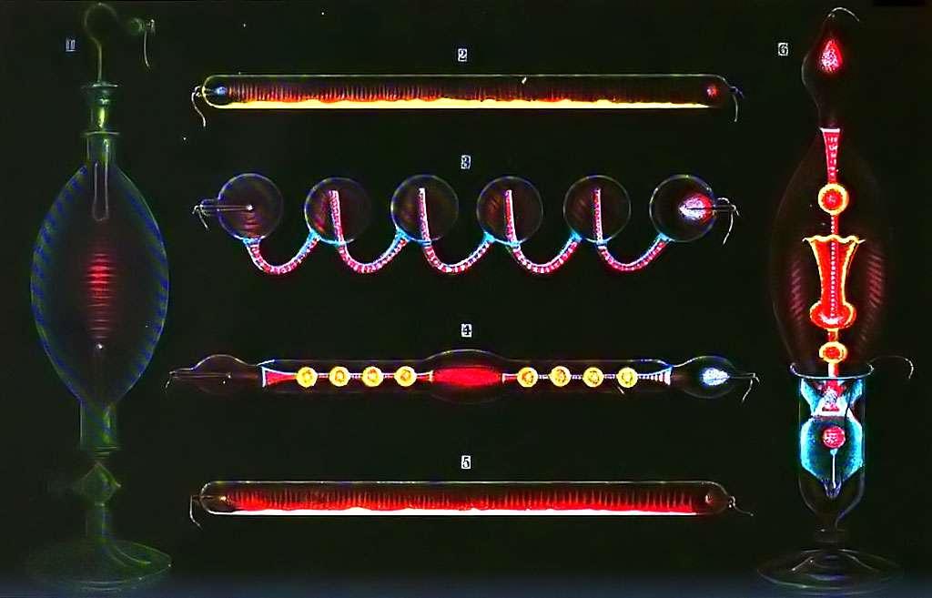 Dessins en couleurs des tubes de Geissler allumés. Inventé par le souffleur de verre allemand Heinrich Geissler en 1857, les tubes de Geissler étaient le premier type de néons. 1. Décharge en vapeur de l'alcool ; 2. Fluorescence de sulfure de calcium ; 4. Fluorescence de verre d'uranium ; 5. Fluorescence de sulfure de strontium ; 6. Fluorescence de verre de l'uranium et le sulfate de quinine. © Domaine public