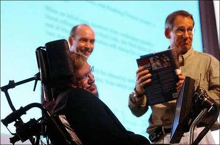 A gauche, Stephen Hawking et à droite John Preskill. En 2004, Hawking concéda qu'il avait perdu son pari sur la destruction de l'information par un trou noir. Preskill, qui avait soutenu la conservation de l'information et en avait fait le pari avec Hawking, tient son prix, une encyclopédie du baseball. Crédit : Caltech University