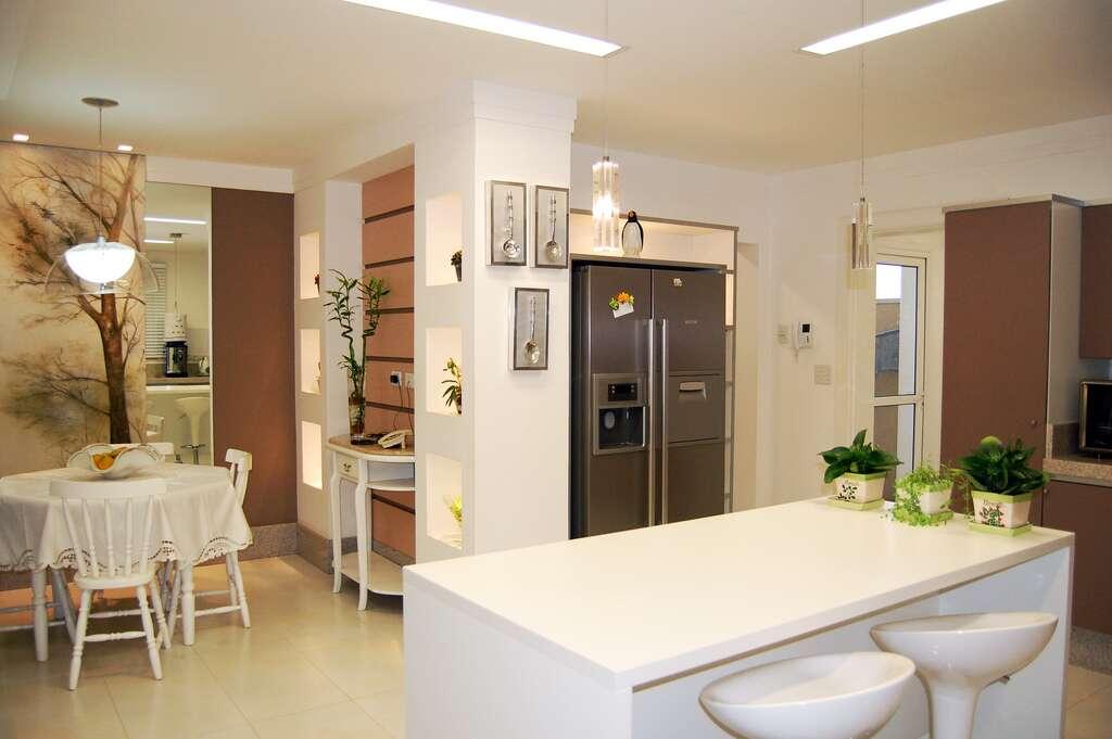 Une cuisine ouverte sur le salon avec réfrigérateur américain