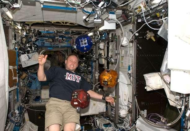 Dans l'ISS, Michael Fincke, commandant de l'Expédition 18, en 2009, travaille (s'amuse ?) avec les trois Spheres présentes dans la Station depuis 2006. © Nasa