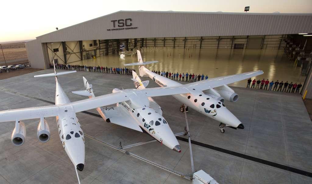 Le WhiteKnightTwo, l'avion porteur mis au point par Burt Rutan, concepteur d'avions spécialiste des solutions originales. Ce quadriréacteur de 43 m d'envergure possède deux fuselages entre lesquels vient se fixer l'avion spatial SpaceShipTwo.