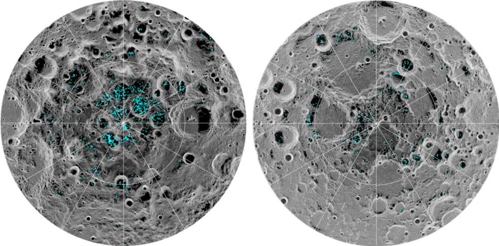 L'image montre la répartition de la glace de surface au pôle Sud de la Lune (à gauche) et au pôle Nord (à droite), détectée par l'instrument Moon Mineralogy Mapper de la Nasa. Le bleu représente les localisations de cette glace, tracées sur une image de la surface lunaire, où l'échelle de gris correspond à la température de surface (les zones les plus sombres représentent des zones plus froides et des tons plus clairs indiquent des zones plus chaudes). La glace est concentrée dans les endroits les plus sombres et les plus froids, dans l'ombre des cratères. C'est la première fois que des scientifiques observent directement la présence de glace d'eau à la surface de la Lune. © Shuai Li