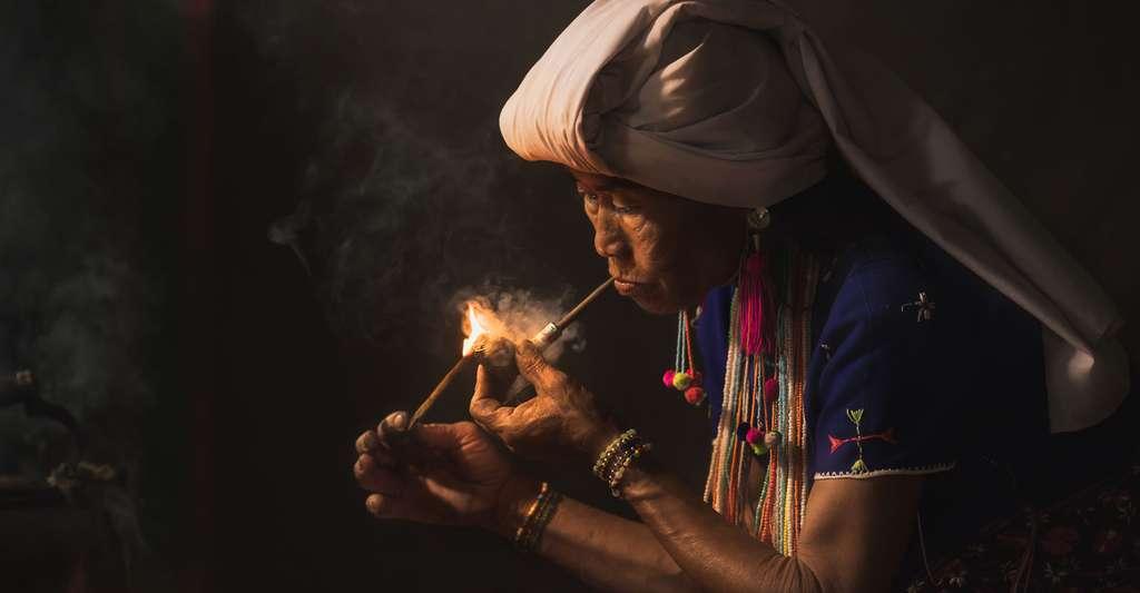 Femme thaïlandaise fumant de l'opium. © Chatrawee Wiratgasem, Shutterstock