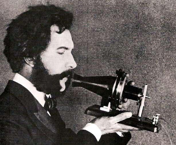 Acteur incarnant Alexander Graham Bell parlant au téléphone en 1876. © DP