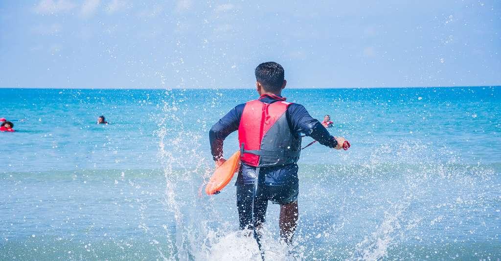 Le bracelet de plage peut être utile pour les enfants. Ici, secouriste lors d'une alerte au large. © Hooyah808, Fotolia