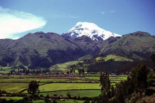 Cayambe face ouest. Le vieux Cayambe basal et le Nevado Cayambe actif depuis les environs de Ayora. Le volcan Cayambe a connu 3 périodes éruptives de 700 ans en moyenne, séparées par des phases de repos de l'ordre de 500 à 600 ans. © IRD © Monzier, Michel
