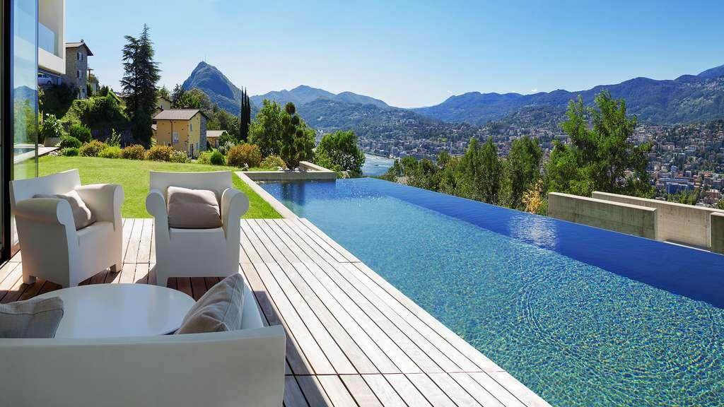 Une piscine à débordement à la montagne