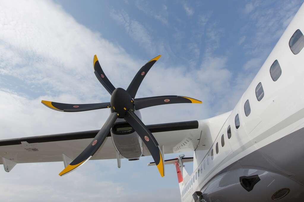 Les ATR sont des avions propulsés par des hélices. Ils volent certes moins vite que des avions à moteur à réaction mais, ils sont plus économes en carburant sur les distances courtes. © ATR
