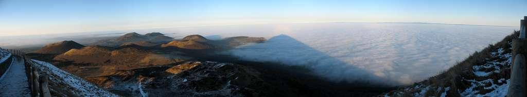 Les nuages du Puys-de-Dôme sont piégés dans la couche d'inversion. Juste au dessus, l'air est moins chaud et dense. © Fabien1309, Wikipédia, cc by sa 2.0