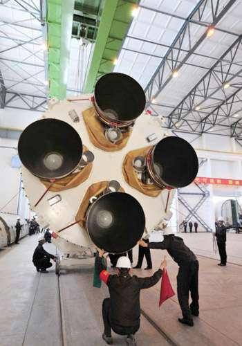 Les quatre moteurs du premier étage du lanceur Longue Marche 2F, qui sera utilisé pour lancer Shenzhou-10. © Xinhua