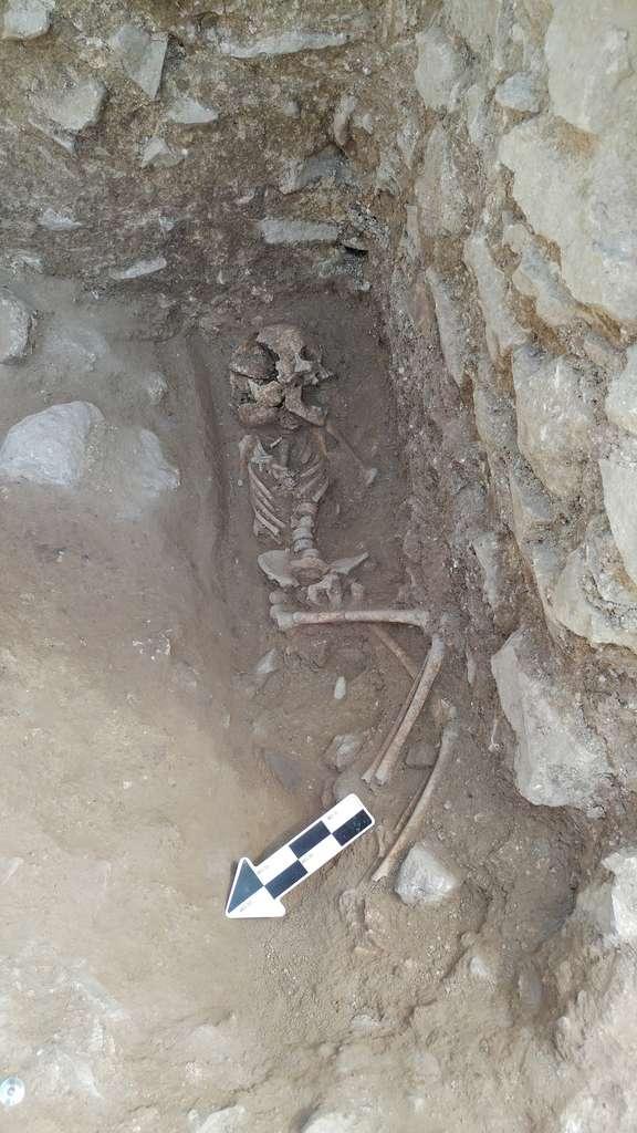 La pierre retrouvée dans la bouche de l'enfant comporte des traces de dents, preuves qu'elle a été placée là intentionnellement. © David Pickel, Stanford University