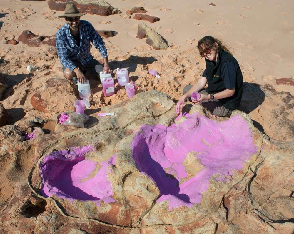 Anthony Romilio et Linda Pollard à côté d'une grande empreinte de pas d'un dinosaure du Crétacé inférieur. © Université du Queensland