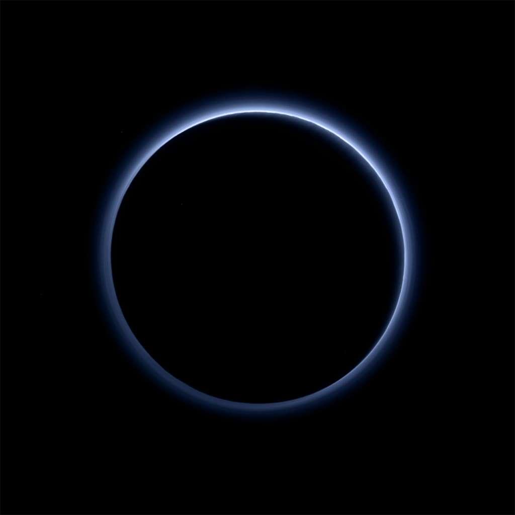 Après le survol de la planète naine, jusqu'à 12.500 km de sa surface, l'instrument Ralph/MVIC (Multispectral Visible Imaging Camera) l'a imagée en contre-jour. Surprise, le ciel est bleu! On distingue également sur le cliché les reliefs de Pluton et les empilements de couches de brume. © Nasa, SwRI, JHUAPL