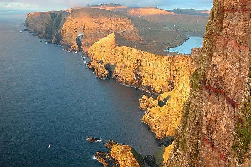 Les îles Féroé forment un archipel situé environ à mi-distance entre la Grande-Bretagne, l'Islande et la Norvège. Elles sont aujourd'hui peuplées de près de 50.000 habitants. Mais qui étaient ses premiers habitants ? © Erik Christensen, Wikipédia, cc by sa 3.0