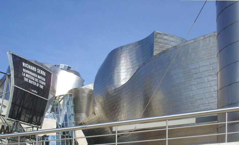 Vue proche de l'entrée du musée Guggenheim de Bilbao