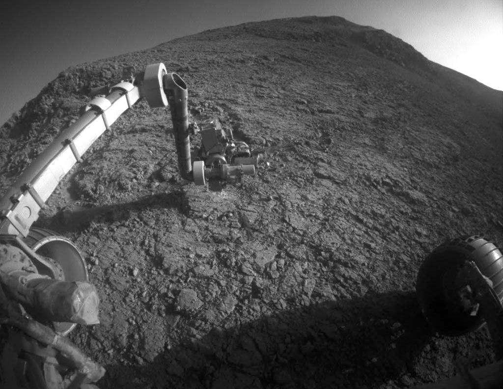 Image prise le 5 janvier 2016, ou 4.248e jour martien, sur la pente sud de la vallée de Marathon. Après avoir abrasé la surface d'une roche baptisée Private John Potts, l'instrument APXS (Alpha Particle X-Ray Spectrometer) est chargé d'identifier les composants chimiques. © Nasa, JPL-Caltech