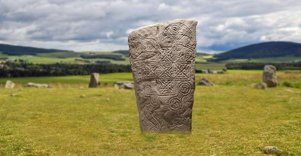 Une pierre picte avec différents symboles. © Mike Bradley, Flickr, CC by-nc 2.0 et Kolibri5, Pixabay, DP