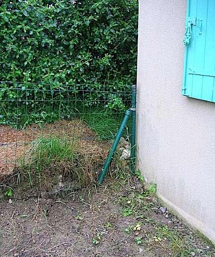 Le terrain voisin a été surélevé et son niveau dépasse désormais la limite d'étanchéité. En présence d'un sol humide, les remontées capillaires surviennent tôt ou tard. © smabtp.fr
