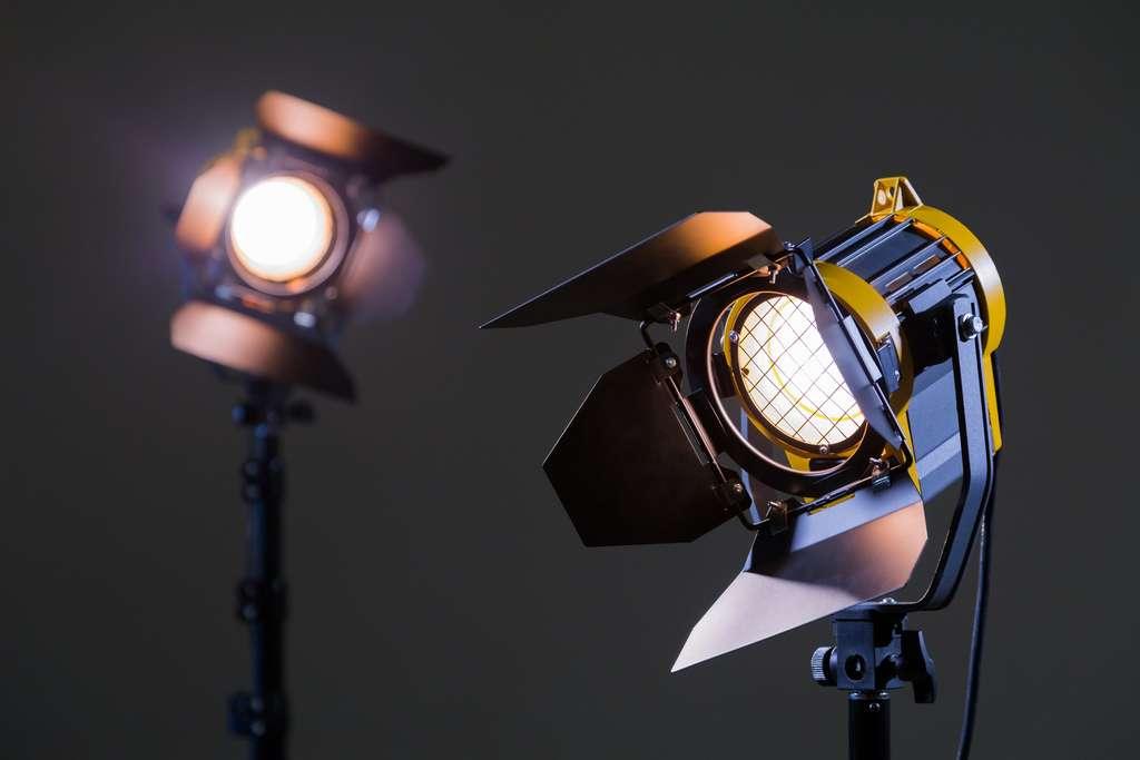 Ce sont les lumières disposées dans le décor et autour d'un sujet qui vont faire toute la différence au niveau de l'image. Mais la qualité sonore est aussi importante que celle de l'image. Donc, l'un des premiers investissements à envisager est aussi celui d'un microphone professionnel. © lapandr, Adobe Stock