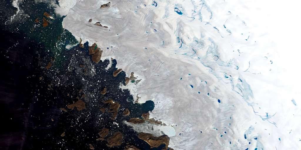 Lacs de fonte observés au nord-ouest du Groenland le 30 juillet 2019. Images du satellite Landsat 8. © Nasa Earth Observatory