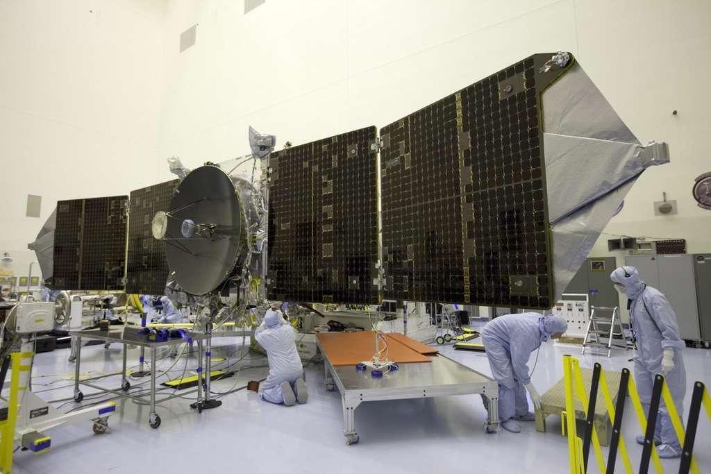 Les 11 mètres de la sonde Maven, avec ses panneaux solaires déployés et son antenne grand gain utilisée pour communiquer avec la Terre. © Nasa