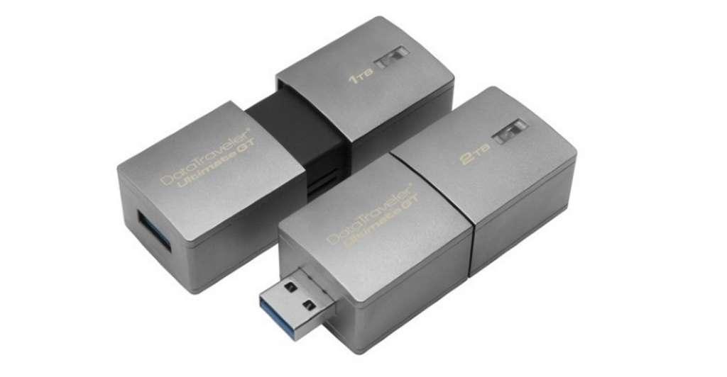 Comment fonctionne la mémoire flash ? Ici, des exemples de grosses clés USB de marque Kingston dotées d'une capacité de 1 et 2 To. Il s'agit plus d'un gros disque dur d'appoint que d'une clé USB étant donné ses dimensions. © Kingston