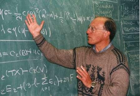 Burt Ovrut, exposant la théorie M. Crédit : Penn State University