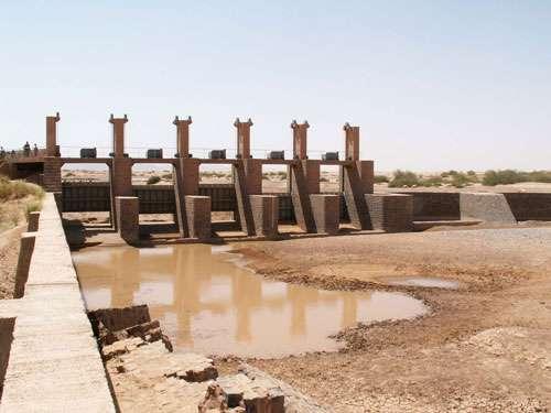 Barrage de Lakfifat sur l'oued Rhéris au Maroc (avril 2005). Ce barrage a été construit il y a plusieurs décennies; il ne peut être utilisé à son plein rendement car les canaux de dérivation sont fortement ensablés.