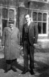 Cliquer sur l'image pour l'agrandir. Wolfgang Pauli et Paul Dirac vers 1938. Les deux hommes sont à l'origine de la mécanique quantique relativiste. Crédit : Cern