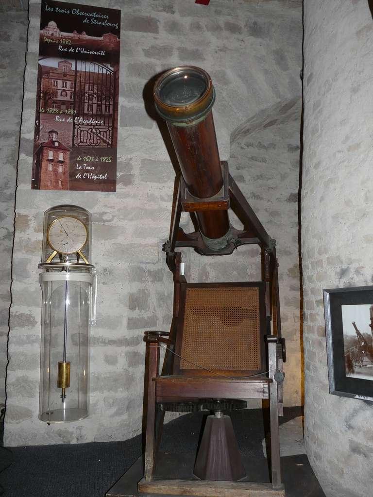 Étonnant instrument que ce chercheur de comètes : une lunette associée à un fauteuil d'observation. © J.-B. Feldmann