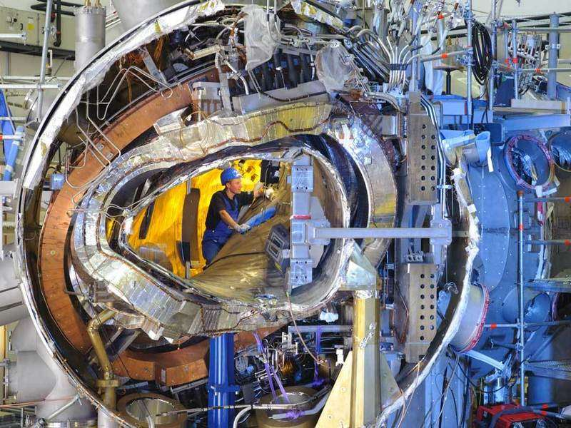 Une vue de l'intérieur du stellarator Wendelstein 7-X en novembre 2011. © IPP Wolfgang Filser