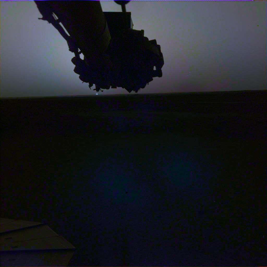 Le lever de Soleil vu par InSight le 24 avril (Sol 145) à 5 h 30, heure de Mars (image avec correction des couleurs). © Nasa, JPL-Caltech