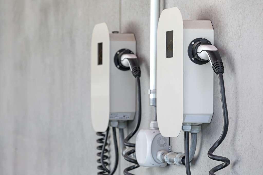 L'installation d'une borne de recharge doit être effectuée par un professionnel agréé. © Kara, Adobe Stock