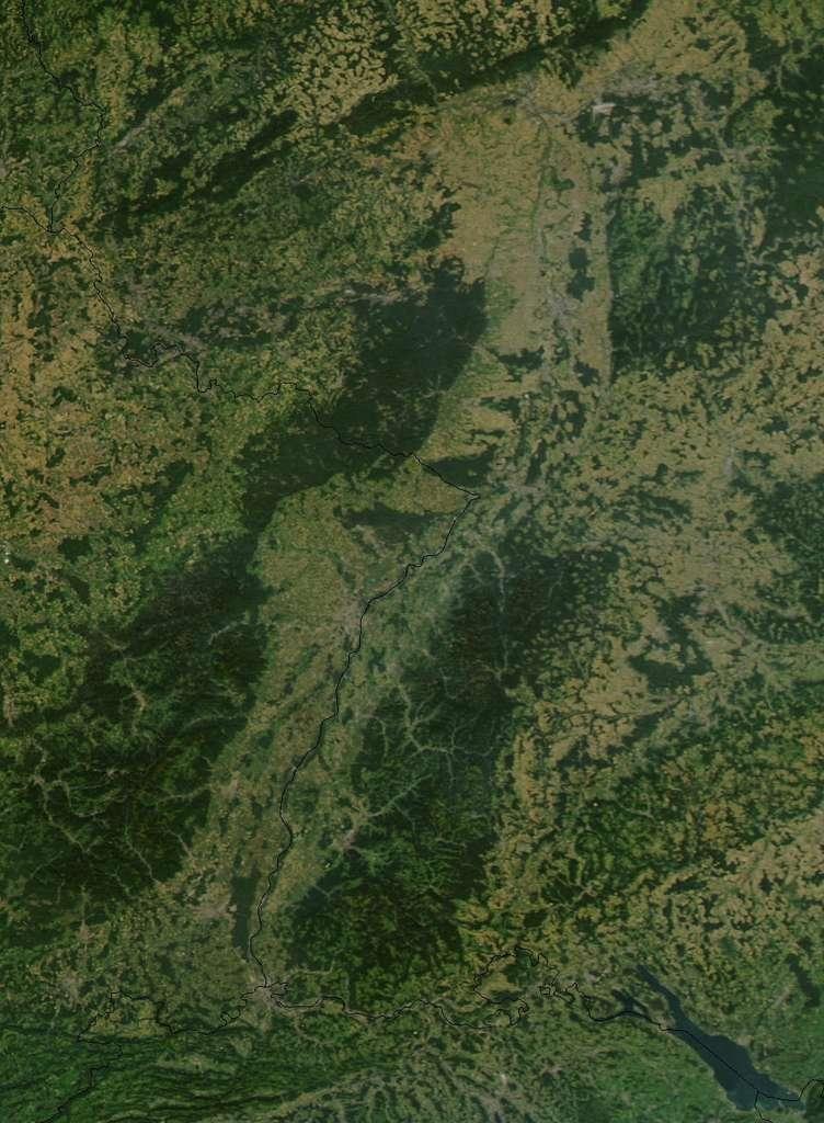 Image vue du ciel du fossé rhénan, d'orientation nord-sud, bordé à l'ouest, le massif des Vosges, à l'est le massif de la Forêt-Noire © Nasa, Wikimédia Commons