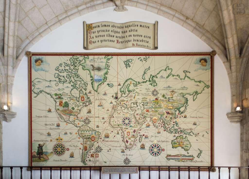 La carte de navigation accueille les visiteurs à l'entrée du musée de la Marine, à Lisbonne, qui conserve 17.000 pièces de l'extraordinaire épopée maritime portugaise, dans l'aile ouest du monastère des Hiéronymites. © Ghislaine Laussel/Futura