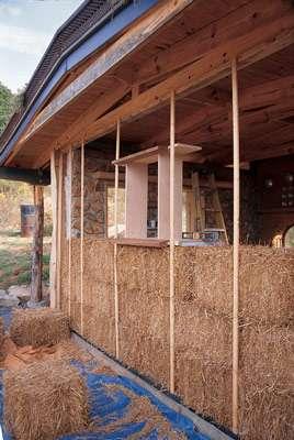 La construction d'un mur en paille. © Clarke Snell