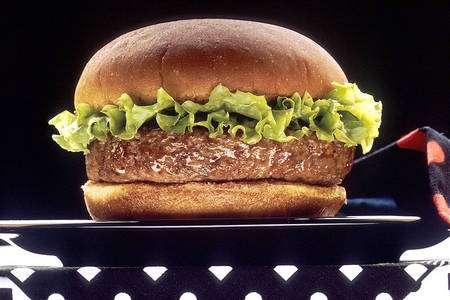 Le hamburger est l'un des symboles de la restauration rapide, composante de l'alimentation moderne. © Len Rizzy, DP